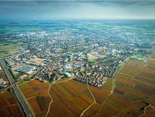 Crèdit photographique : APRR/SCHWARTZ Jean-Marc // Vues aériennes de l'autoroute A6 au nord de Beaune avec les Vignobles de Bourgogne.