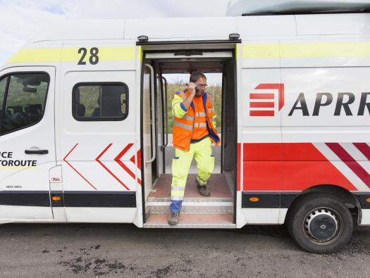 Balisage sur l'autoroute A71 pour protéger un chantier de fauchage   Crédit photographique: APRR/Leimdorfer Gilles